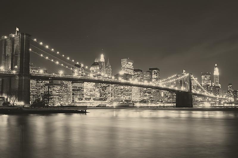 commande pont de brooklyn illumine le soir (noir et blanc)
